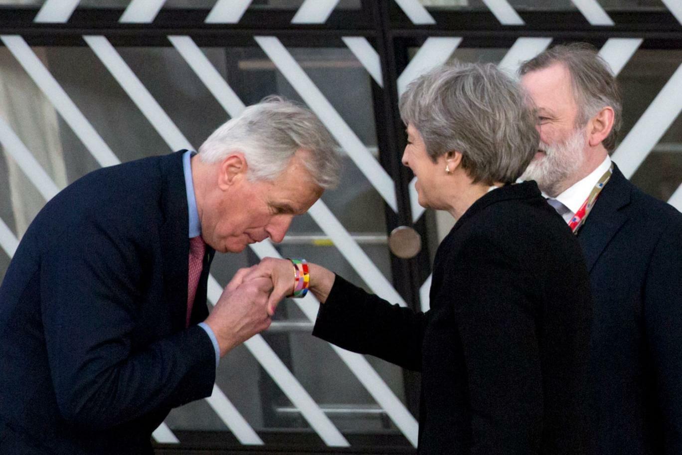 O beijo da trégua – Michel Barnier surpreendeu Theresa May e a mídia com um gesto simbólico que sinalizou a mudança de postura entre o governo britânico e a União Europeia (Foto: Evening Standard)